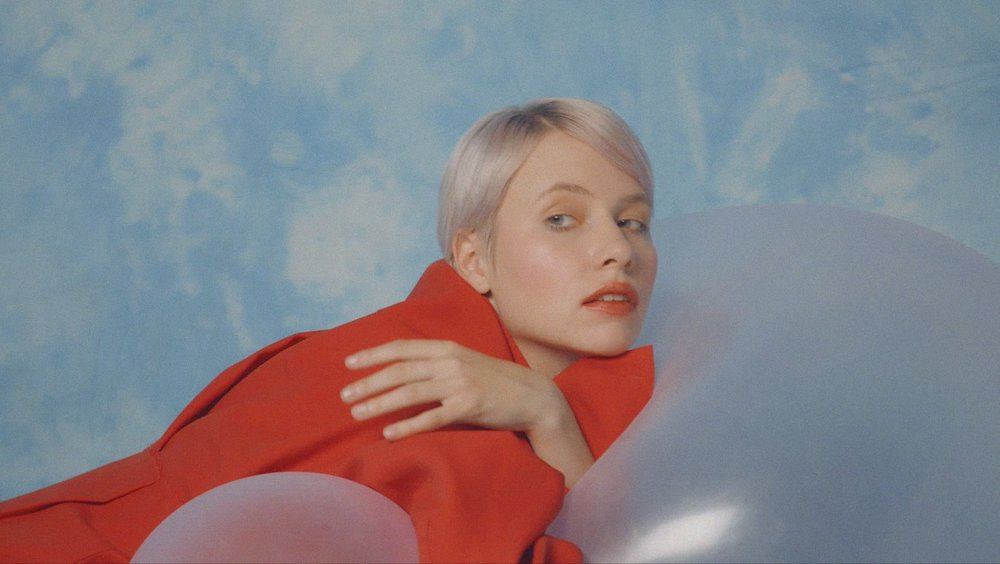 Kate NVの最新アルバム『для FOR』から 「вас YOU」のミュージック・ビデオが公開