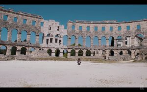 2CELLOSのハウザー、故郷クロアチアにあるローマ時代の遺跡から特別演奏映像公開
